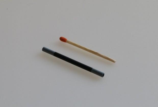 Größenvergleich: Modell eines Ezelleron-Brennstoffzellenröhrchen mit einem Streichholz (Foto: Werner Pluta/Golem.de)