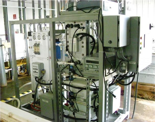 Mit dieser Apparatur gewinnen die NRL-Forscher Treibstoff aus Meerwasser. (Foto: US Naval Research Laboratory)