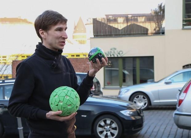 Jonas Pfeil mit der Panoramaballkamera Panono (Foto: Fabian Hamacher/Golem.de)