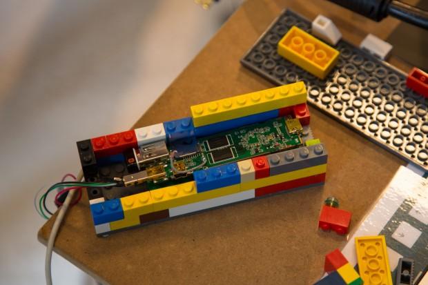 Die Android-Spielekonsole Luga besteht aus einer Platine, die in einem Gehäuse aus Lego-Steinen steckt. (Bild: Fabian Hamacher/Golem.de)