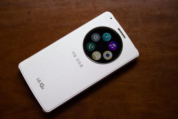 Mit dem separat erhältlichen Quick-Circle-Klappcover hat der Nutzer Zugriff auf verschiedene Funktionen, etwa die Kamera. (Bild: Tobias Költzsch/Golem.de)
