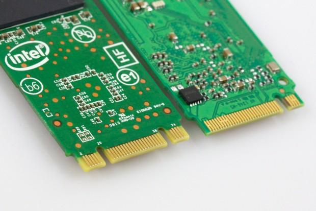 Links B- und M-Kerbung mit PCIe-x2, rechts nur der M-Key mit PCIe-x4. (Bild: Michael Wieczorek/Golem.de)