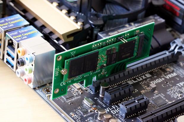 Die PCIe-3.0-x4-Karte von Addonics im Asus Z97-Deluxe. (Bild: Michael Wieczorek/Golem.de)