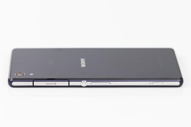 Das Gehäuse ist aus Aluminium und weist die für neuere Sony-Geräte typischen Designelemente auf. (Bild: Tobias Költzsch/Golem.de)
