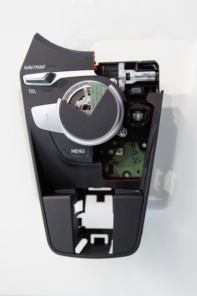 Virtual Cockpit: Mit 60 Bildern pro Sekunde in den roten Drehzahlbereich - Des Rad hat oben ein Touchpad. (Bild: Audi)