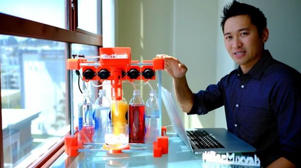 Der robotische Barmixer Bar Mixvah und sei Entwickler Yu Jiang Tham (Bild: Yu Jiang Tham/Screenshot: Golem.de)