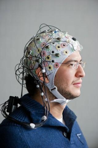 Projekt Brainflight: Der Proband setzt eine Datenkappe auf... (Foto: A. Heddergott/TU München)