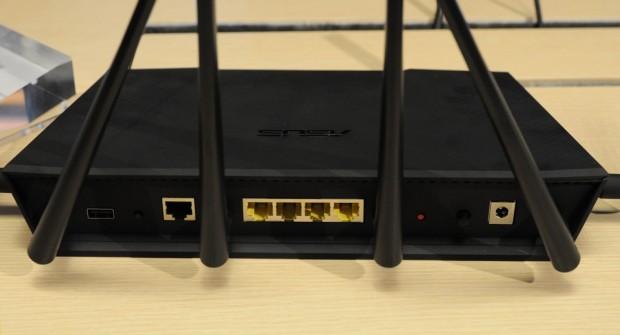 Fünf Gigabit-Ports und je einmal USB 2.0 und 3.0 (Foto: Nico Ernst)