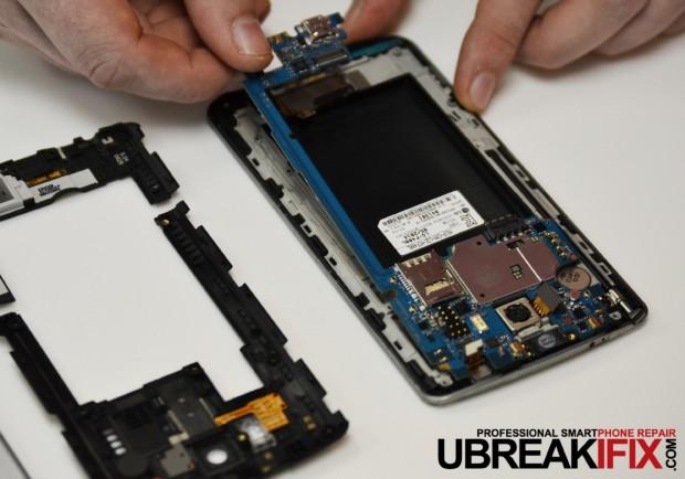 Das Motherboard des LG G3 lässt sich nach der Demontage der inneren Abdeckung leicht ausbauen. (Bild: Ubreakifix.com)