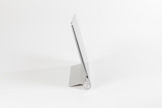 Yoga Tablet 10 HD+ mit ausgeklapptem Standfuß (Bild: Tobias Költzsch/Golem.de)