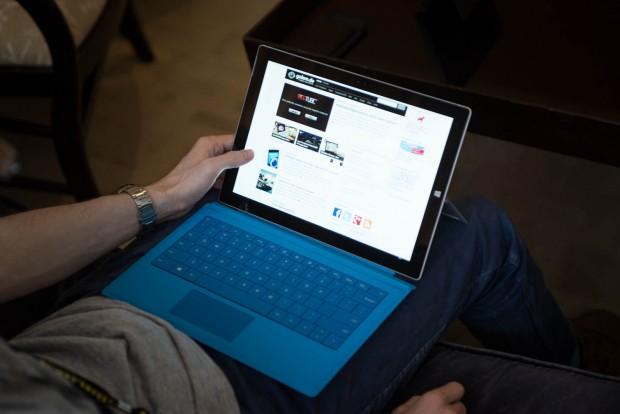 Das Surface Pro 3 beim Arbeiten auf dem Schoß (Bild: Fabian Hamacher/Golem.de)
