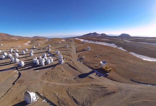 Die 66. und letzte Antenne trifft beim Teleskop Alma ein. (Foto: A. Marinkovic/X-Cam/ALMA - ESO/NAOJ/NRAO)