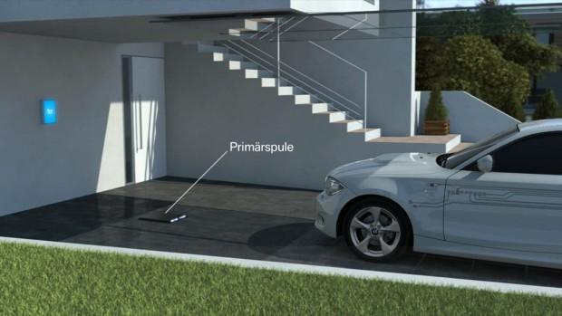 Akkuladung per Induktion (Bild: BMW)