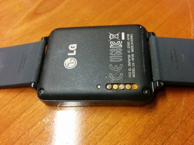 LG G Watch mit korrodierten Anschlüssen (Foto: XDA Developers Forum)