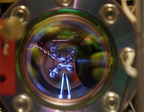 Im Inneren dieser Vakuumapparatur fangen die<br>Innsbrucker Quantenphysiker Ionen ein (Bild: Matthias Matting)