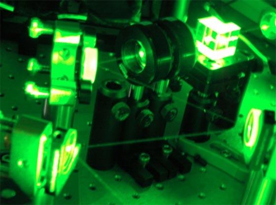 Versuchsanordnung mit grünem Laser, mit der<br>Wiener Forscher das optische Quanten-Computing verbessert haben<br>(Bild: IQOQI Wien)