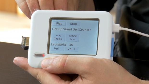 Raspberry Pi mit Touchscreen-Display und Bluetooth-Dongle auf dem eine Webanwendung läuft (Foto: Fabian Hamacher/Golem.de)