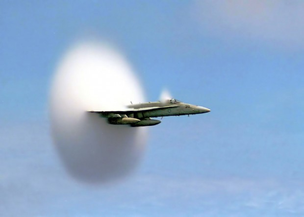Ärgernis Überschallknall: Eine F/A-18 Hornet durchbricht die Schallmauer. (Foto: John Gay/US Navy)