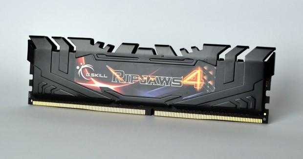 Die Kontakte bei DDR4-Modulen stehen in der Mitte etwas heraus. (Foto: Nico Ernst)