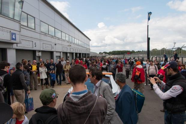 Betrieb in der Boxengase: Die Besucher durften einen Blick in die Garagen werfen. (Foto: Werner Pluta/Golem.de)