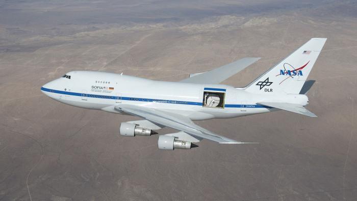 Im Rumpf ist ein Infrarot-Telekop eingebaut, mit dem Forscher in 12 Kilometern Höhe den Himmel beobachten. (Foto: C. Thomas/Nasa)