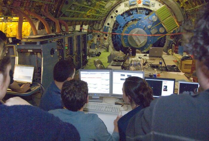 Das Schott trennt die Teleskop-Cavity von der Kabine, in der sich Mannschaft und Wissenschaftler aufhalten. (Foto: Tom Tschida/Nasa)