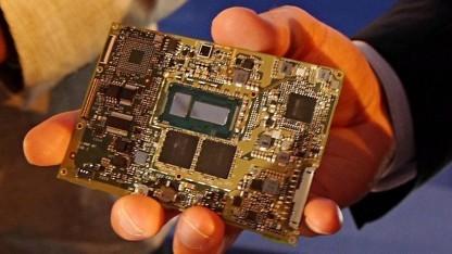 Ein komplettes Core-M-Mainboard passt fast in eine Handfläche. (Bild: Marc Sauter)