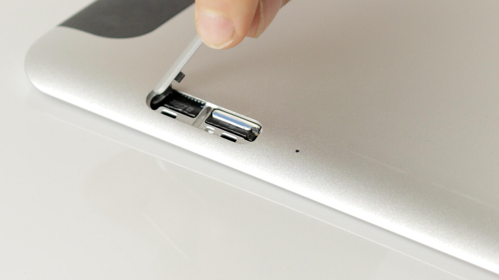 HP Elitepad 1000 G2 im Test: Praktisches Arbeitsgerät dank Zubehör - Der Micro-SD- und SIM-Kartenschacht befindet sich unter einer Abdeckung. (Bild:Michael Wieczorek/Golem.de)