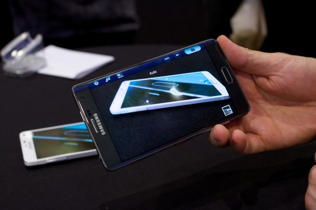 Auf dem über den Rand verlaufenden Bildschirm werden bei bestimmten Apps Schaltflächen angezeigt. (Bild: Michael Wieczorek/Golem.de)