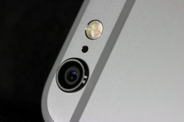 Die 8-Megapixel-Kamera steht sowohl beim iPhone 6 als auch beim iPhone 6 Plus etwas aus dem Gehäuse heraus. (Bild: Tobias Költzsch/Golem.de)