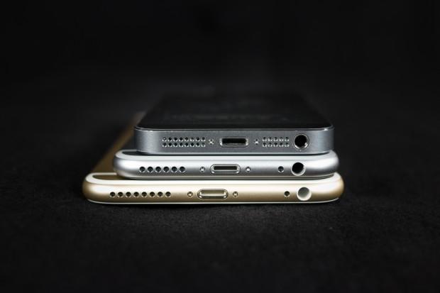 Der Größenvergleich zwischen dem iPhone 5s, iPhone 6 und iPhone 6 Plus (Bild: Tobias Költzsch/Golem.de)