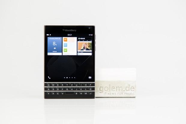 Das neue Blackberry Passport hat einen quadratischen Bildschirm im Verhältnis 1:1. (Bilder: Tobias Költzsch/Golem.de)