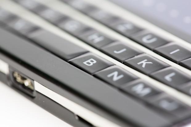 Die Tastatur ist gleichzeitig ein Touch-Feld, mit dem der Nutzer beispielsweise durch Internetseiten oder Dokumente scrollen kann.