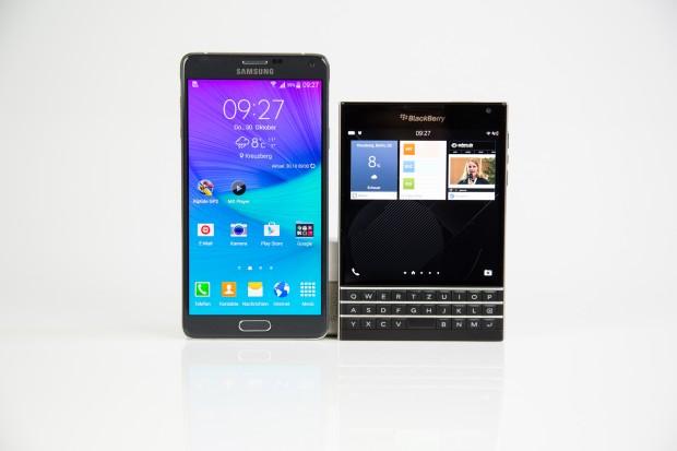 Das Blackberry Passport im Größenvergleich mit einem Samsung Galaxy Note 4