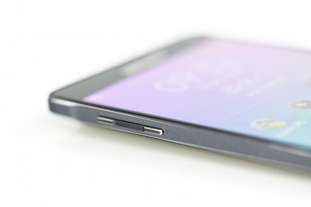 Der Rahmen ist laut Samsung aus Metall, dies betrifft aber nur die beiden silbernen Streifen. (Bild: Tobias Költzsch/Golem.de)