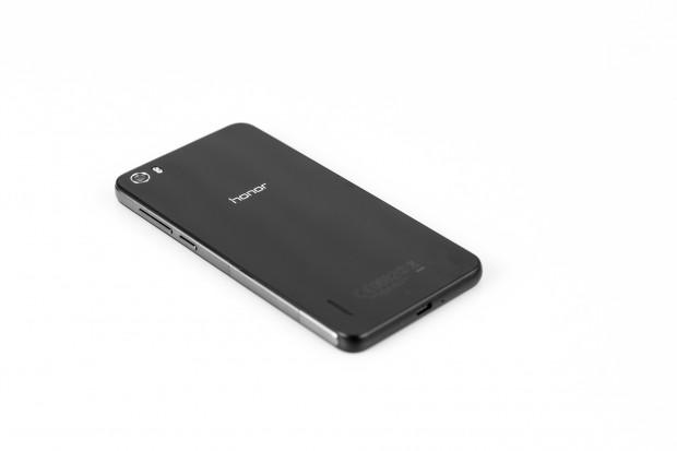 Das Gehäuse erinnert vom Design her etwas an das Sony Xperia Z1 Compact. Die Rückseite zerkratzt relativ leicht, Huawei liefert gleich eine Schutzfolie mit. (Bild: Tobias Költzsch/Golem.de)