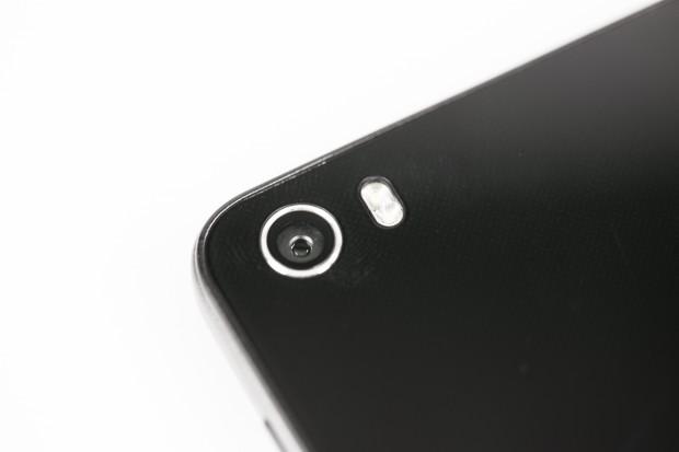 Die Kamera hat 13 Megapixel und einen Doppel-Blitz. (Bild: Tobias Költzsch/Golem.de)