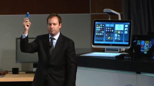 Kirk Skaugen zeigt den HDMI-Stick von Intel. (Screenshot: Golem.de)