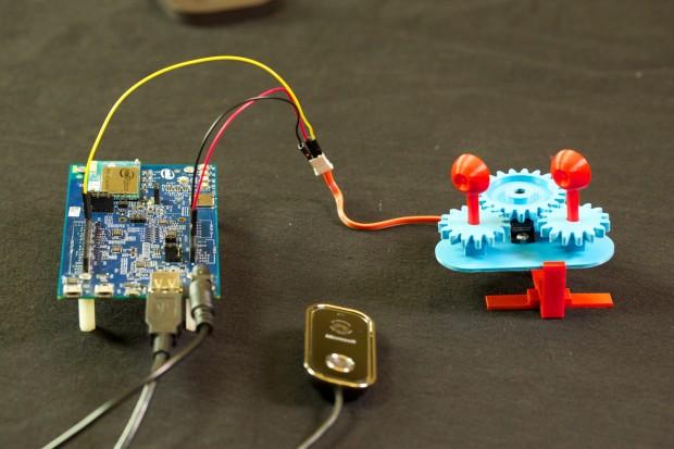 Der Aufbau des Projektes: Intel Edison, Webcam und Augen (Foto: Golem.de)