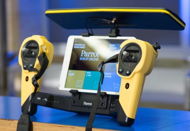 Parrot Skycontroller mit eingelegtem Tablet (Foto: Martin Wolf/Golem.de)