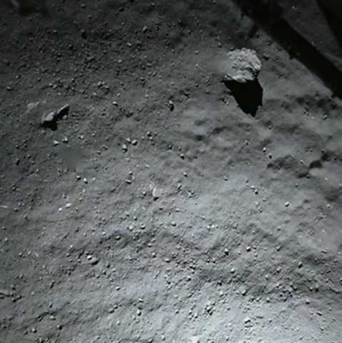 Die Oberfläche des Kometen Tschurjumow-Gerasimenko aus etwa 40 Metern Höhe, aufgenommen von Philae (Foto: ESA/Rosetta/Philae/ROLIS/DLR)