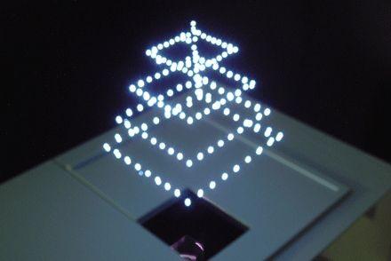 Aerial Burton kommt ohne Projektionsfläche aus: Ein Laser bringt Moleküle zum Leuchten. (Bild: Aerial Burton)
