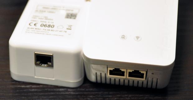Der WLAN-AP (r.) hat zwei schnelle Gigabit-Ports. (Foto: Nico Ernst/Golem.de)