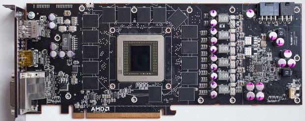 Eine Radeon R9 290X mit 512 Bit Interface und 16 GDDR5-Bausteinen (Bild: Techpowerup)