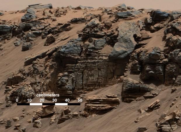 Gesteinsschichten, wie sie typisch sind für Ablagerungen an einem Seegrund, aufgenommen am 07.08.2014 am Mount Sharp. (Foto: Nasa/JPL-Caltech/MSSS)