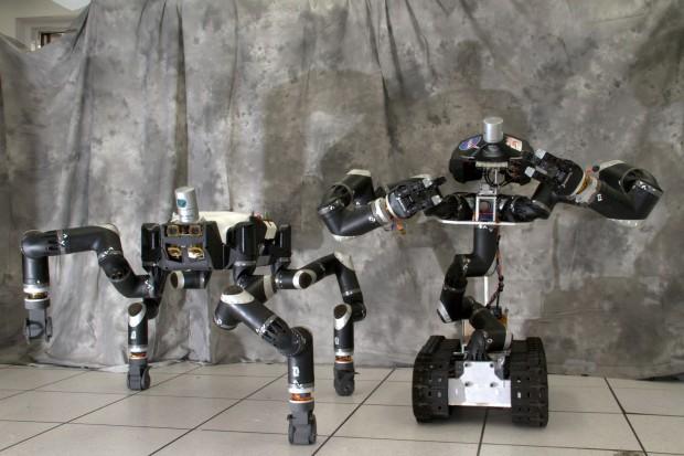 Surge (rechts) mit seinem Vorgänger Robosimian (Foto: JPL-Caltech)