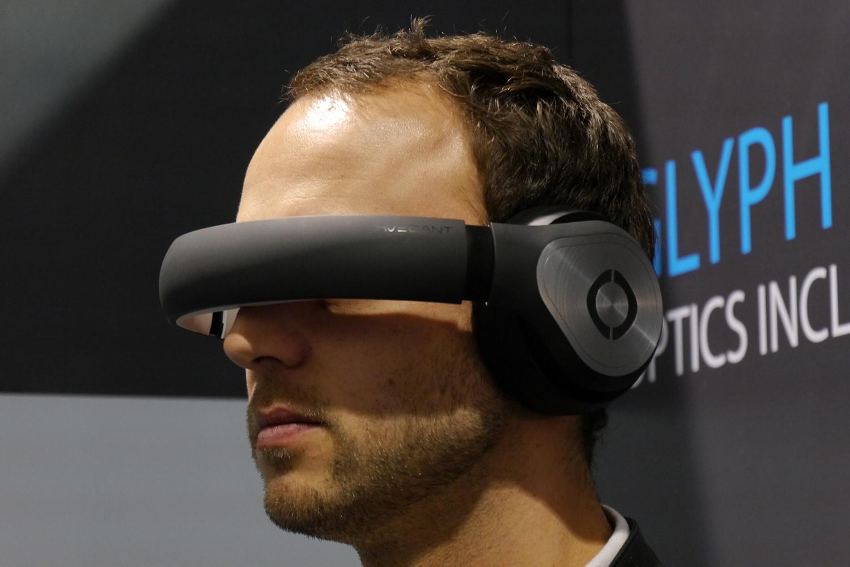 Avegant Glyph: Netzhaut-Projektor mit Kopfhörer im finalen Design - ... und als VR-Brille mit Sound (Bild: Marc Sauter/Golem.de)