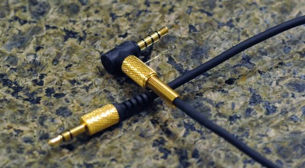Das wendbare Kabel mit Winkelstecker und gerader Verbindung. (Foto: Nico Ernst)