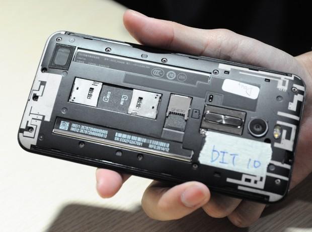 Offenes Zenfone 2 mit Dual-SIM (Fotos: Nico Ernst)
