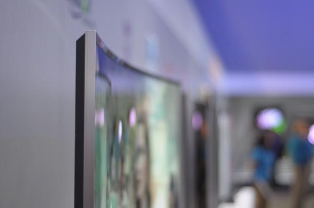 Typisch für die Samsung-Neuheiten: Der Fernseher ist vergleichsweise dick, da er auf LED-LCD-Technik setzt. (Foto: Andreas Sebayang/Golem.de)